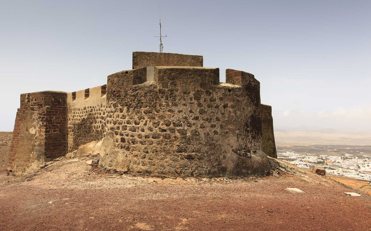 Castillo de Guanapay con Teguise a sus pies